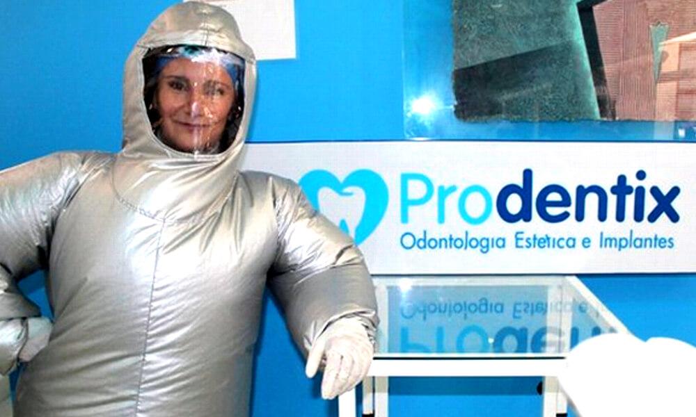 La odontóloga Adela Rendón, creadora del traje inflable anti-covid